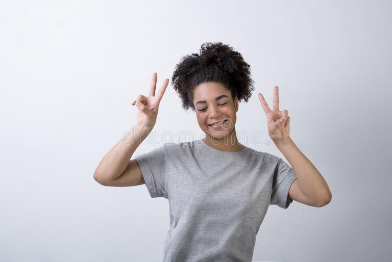 Szczęśliwa kobieta z zwycięstwo znakami obrazy royalty free