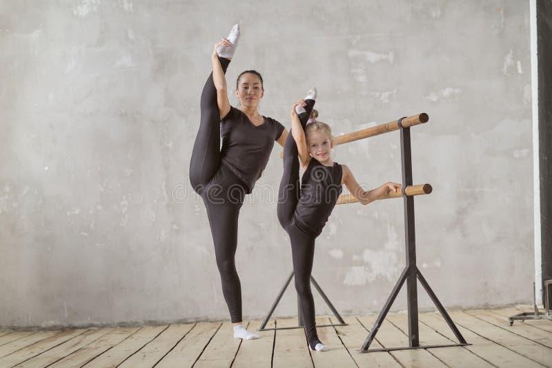 Szczęśliwa kobiety i małej dziewczynki nauka w sali lekcyjnej nauczyciel i nauczyciel w taniec klasie indywidualne sesje nauczyci zdjęcie stock