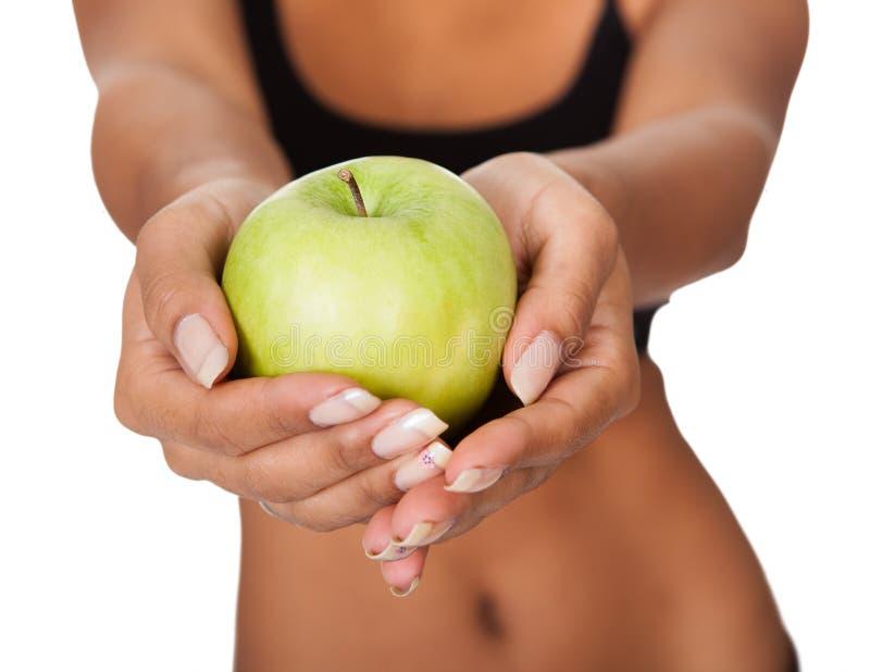 Szczęśliwa kobiety mienia zieleń Apple W ręce zdjęcie stock