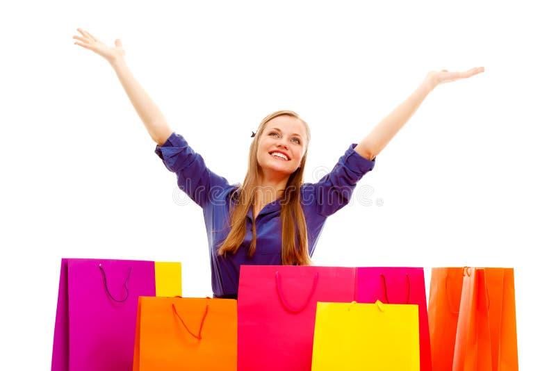 Szczęśliwa kobiety pozycja za torba na zakupy zdjęcie royalty free