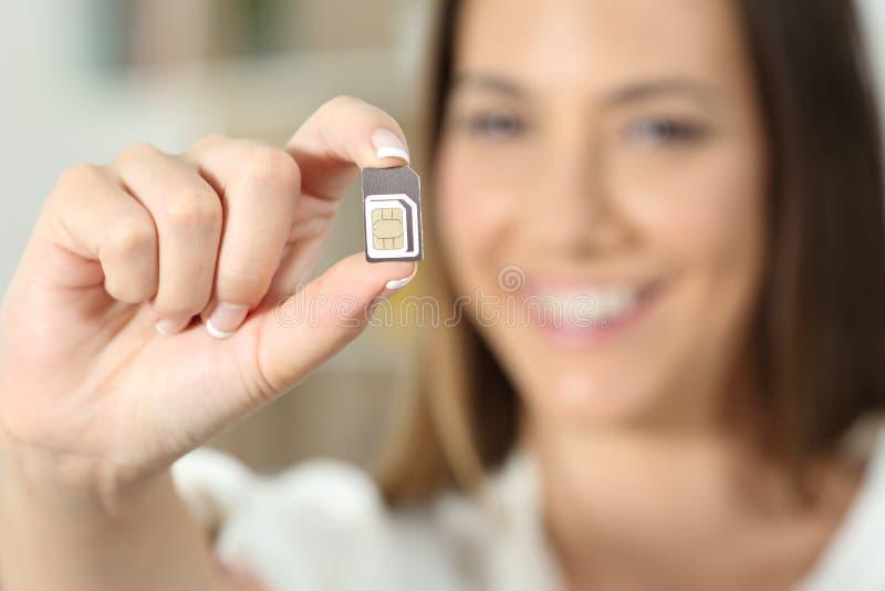 Szczęśliwa kobiety ręka trzyma sim kartę obraz royalty free