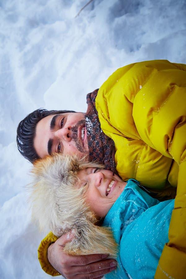Szczęśliwa kochająca para w śnieżnej zimy lasowej Zwyczajnej Rosyjskiej dziewczynie i przystojnym tureckim mężczyźnie ma zabawę i zdjęcie royalty free
