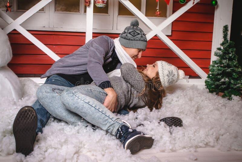 Szczęśliwa kochająca para w gorącym smokingowym wydaje czasie wpólnie zdjęcie stock
