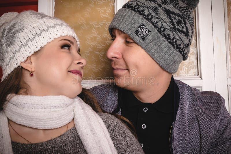 Szczęśliwa kochająca para w gorącym smokingowym wydaje czasie wpólnie fotografia stock