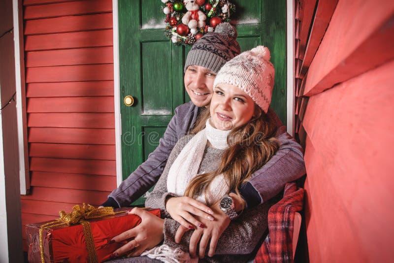 Szczęśliwa kochająca para w gorącym smokingowym wydaje czasie wpólnie obrazy stock
