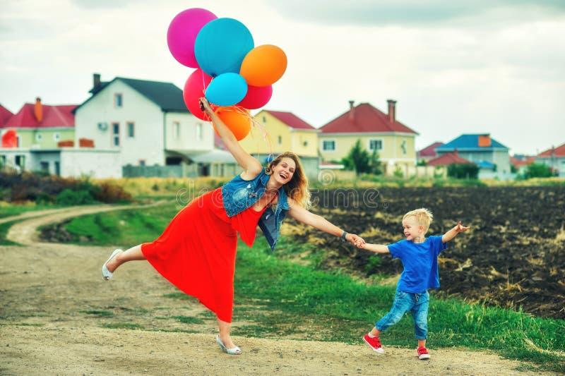 Szczęśliwa kochająca rodzina ma zabawę na spacerze fotografia royalty free