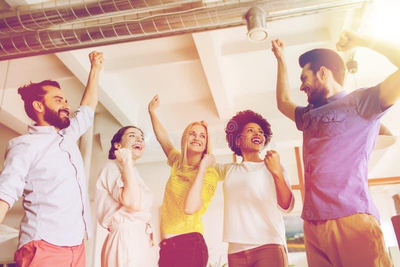 Szczęśliwa kreatywnie drużyna w biurze zdjęcie stock