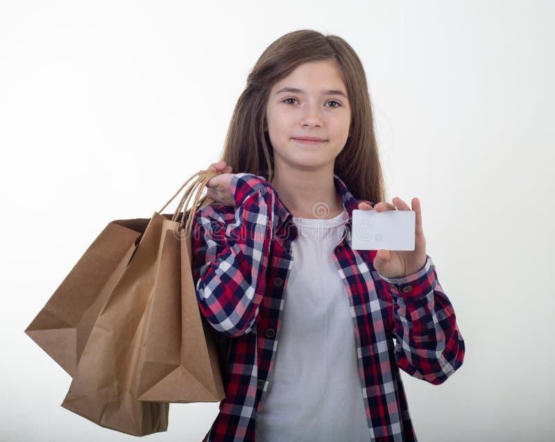 Szczęśliwa kupującego mienia rabata bielu karta, torby na zakupy i kartonów pudełka w jej rękach dziewczyn karciani kredytowi pot obraz stock