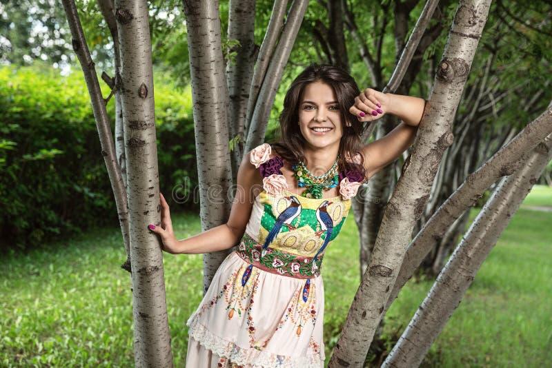 Szczęśliwa lato dziewczyna w parku zdjęcia royalty free