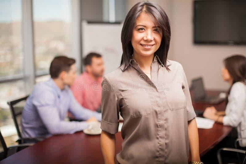 Szczęśliwa Latynoska kobieta przy pracą obrazy stock