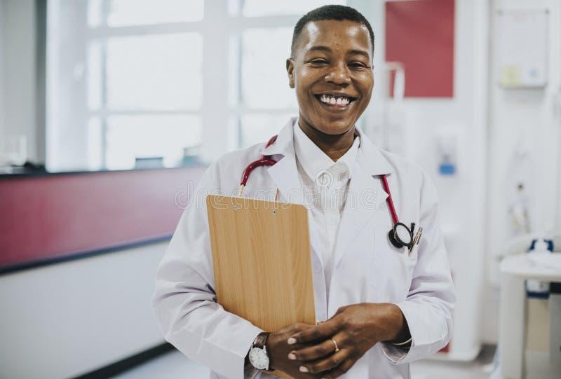 Szczęśliwa lekarka przy szpitalem obraz stock