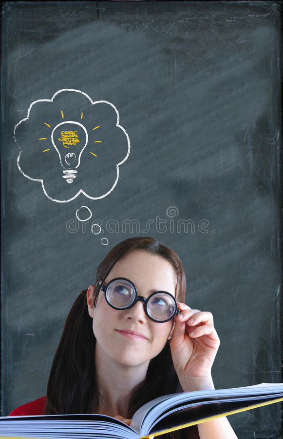 Szczęśliwa mądrze kobieta z rozwiązania lightbulb nad jej głowa a fotografia royalty free