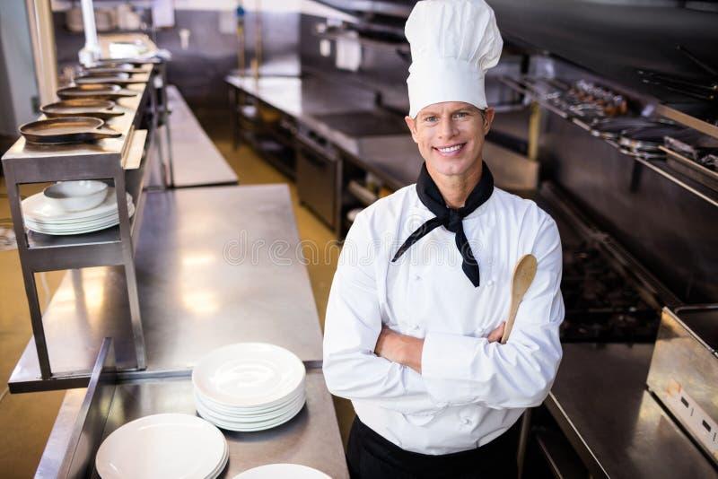 Szczęśliwa męska szef kuchni pozycja z rękami krzyżować obraz royalty free