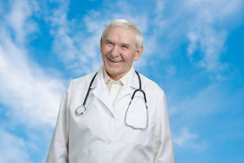 Szczęśliwa męska uśmiechnięta senior lekarka zdjęcie royalty free