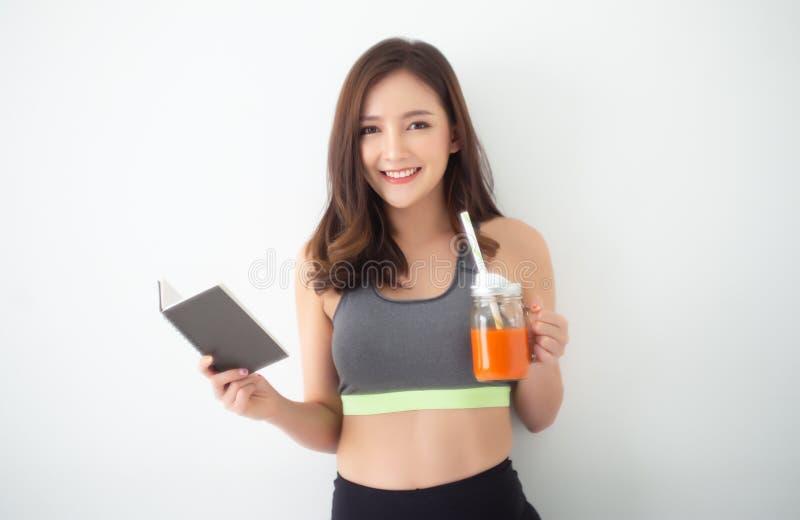 Szczęśliwa młoda Azjatycka kobieta pije Świeżego Surowego Detox Jarzynowego sok zdjęcie royalty free