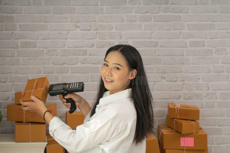 Szczęśliwa młoda azjatykcia kobieta małego biznesu przedsięwzięcia koncern zdjęcie stock
