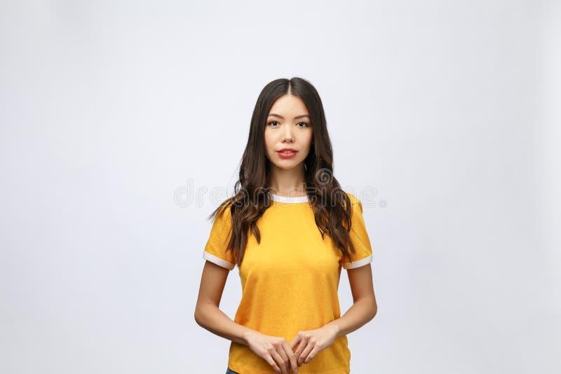 Szczęśliwa młoda azjatykcia kobieta z puste miejsce kopii astronautycznym terenem dla teksta lub sloganu, zbliżenia piękna Azjaty fotografia stock
