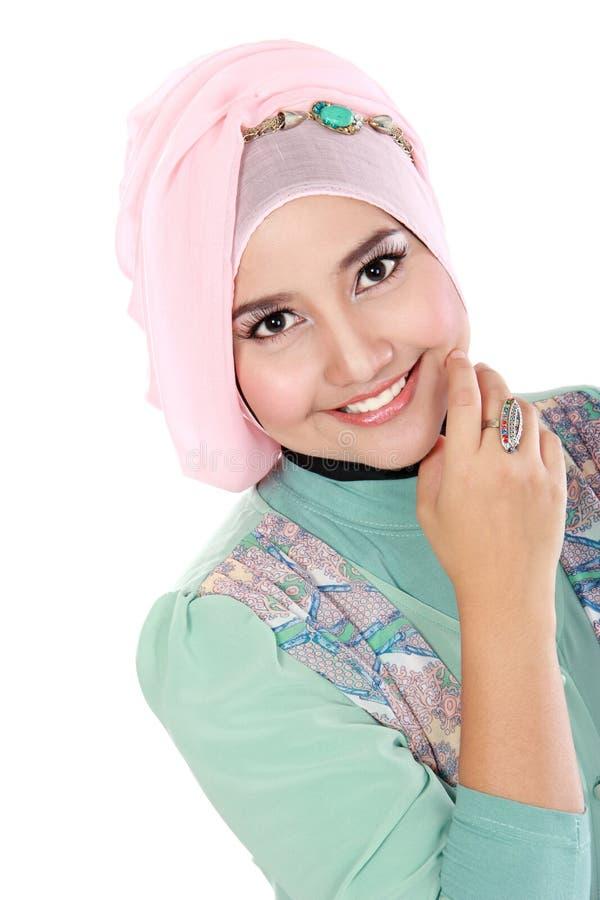 Szczęśliwa młoda azjatykcia muzułmańska kobieta w akci zdjęcie stock