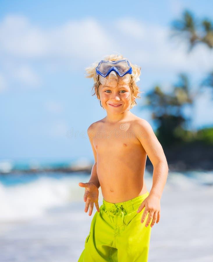 Szczęśliwa Młoda chłopiec ma zabawę przy plażą zdjęcia royalty free