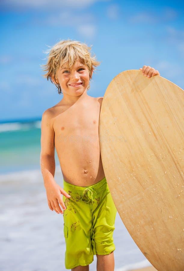 Szczęśliwa Młoda chłopiec ma zabawę przy plażą na wakacje fotografia stock