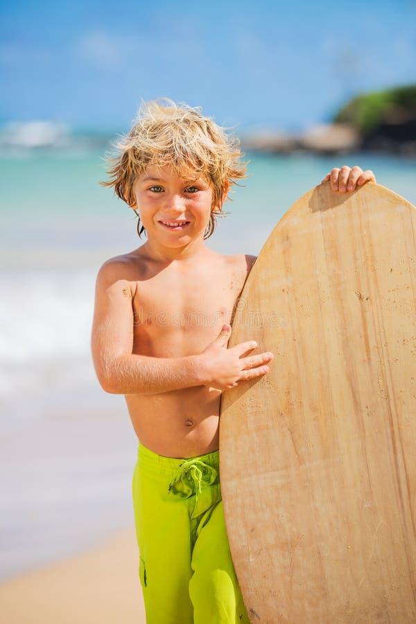 Szczęśliwa Młoda chłopiec ma zabawę przy plażą na wakacje fotografia royalty free