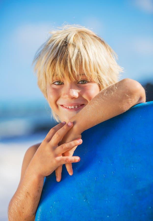 Szczęśliwa Młoda chłopiec ma zabawę przy plażą na wakacje zdjęcie stock