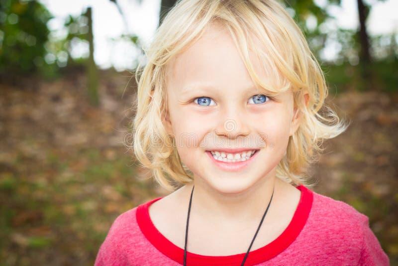 Szczęśliwa młoda chłopiec plenerowy portret zdjęcie royalty free