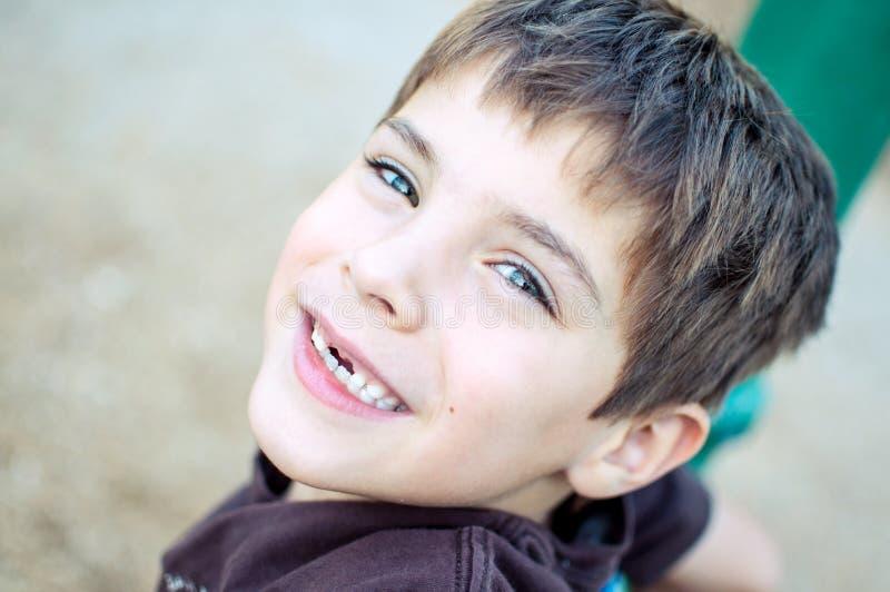 Szczęśliwa młoda chłopiec z brakować frontowych zęby fotografia stock