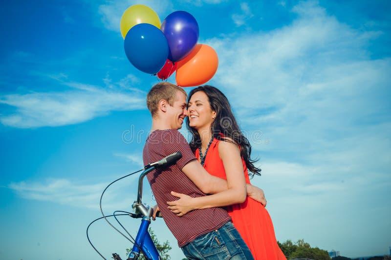 Szczęśliwa młoda dorosła para w miłości na polu Dwa, mężczyzna, kobieta, i zdjęcie royalty free