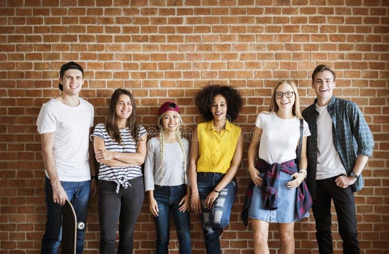 Szczęśliwa młoda dorosły grupa przyjaciel kultury młodzieżowej pojęcie obraz stock