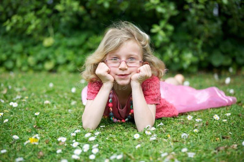 Szczęśliwa młoda dziewczyna. zdjęcie royalty free
