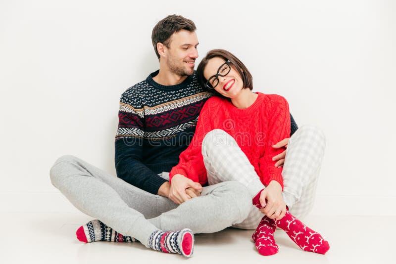 Szczęśliwa młoda dziewczyna i chłopak jesteśmy ubranym pulower i ciepłą skarpetę fotografia royalty free