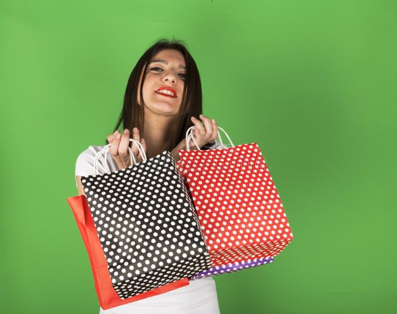Szczęśliwa młoda dziewczyna po robić zakupy zdjęcie royalty free