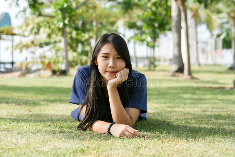 Szczęśliwa młoda dziewczyna przeciw natury tłu zdjęcia stock