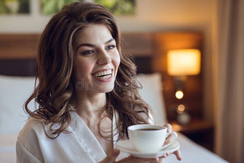 Szczęśliwa młoda dziewczyna z filiżanką obrazy royalty free