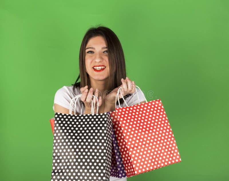 Szczęśliwa młoda dziewczyna z nierównymi torbami obraz royalty free