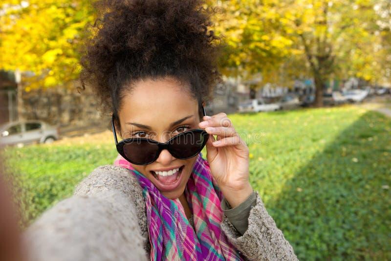 Szczęśliwa młoda kobieta bierze selfie zdjęcie royalty free