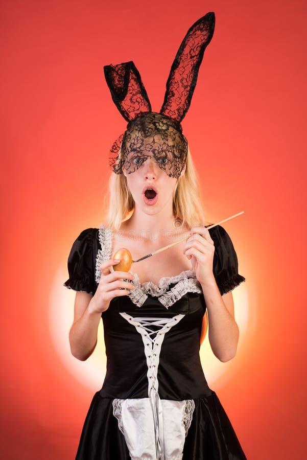 Szczęśliwa młoda kobieta jest ubranym królików ucho i ma Wielkanocnych jajek kopii przestrzeń szaleni ludzie Kobieta Easter Piękn zdjęcie stock