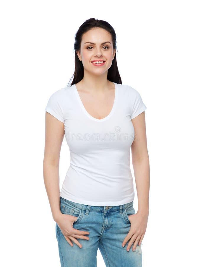 Szczęśliwa młoda kobieta lub nastoletnia dziewczyna w białej koszulce fotografia royalty free