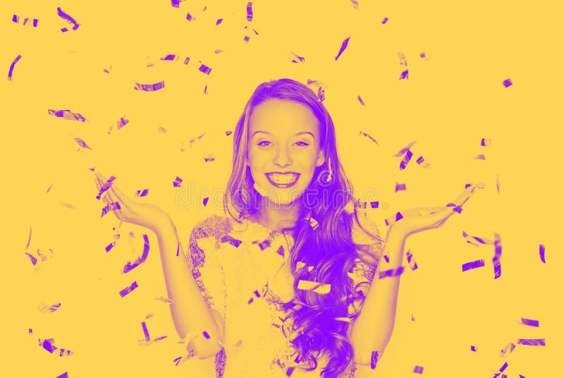 Szczęśliwa młoda kobieta lub nastoletnia dziewczyna w galanteryjnej sukni zdjęcie royalty free