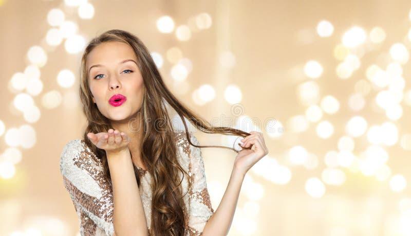Szczęśliwa młoda kobieta lub nastoletnia dziewczyna w galanteryjnej sukni zdjęcia stock