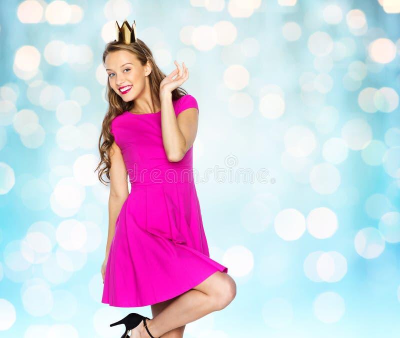 Szczęśliwa młoda kobieta lub nastoletnia dziewczyna w princess koronie zdjęcie stock