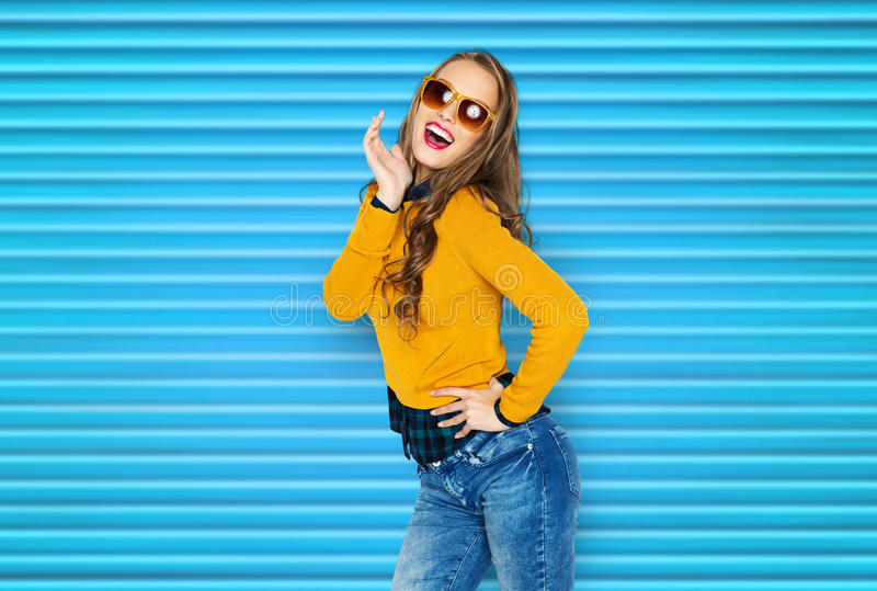 Szczęśliwa młoda kobieta lub nastoletnia dziewczyna w przypadkowych ubraniach zdjęcie royalty free