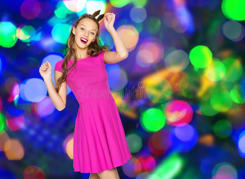 Szczęśliwa młoda kobieta lub nastoletnia dziewczyna z princess koroną zdjęcia stock
