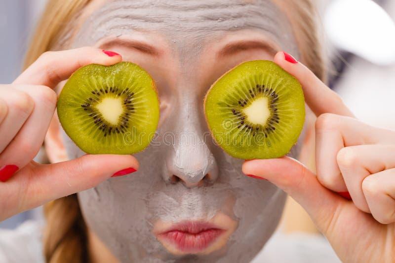 Szczęśliwa młoda kobieta ma twarzy maski mienia kiwi zdjęcia royalty free