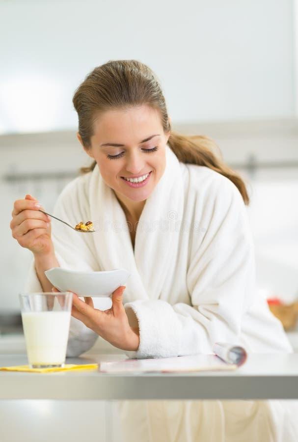 Szczęśliwa młoda kobieta ma zdrowego śniadanie obrazy royalty free