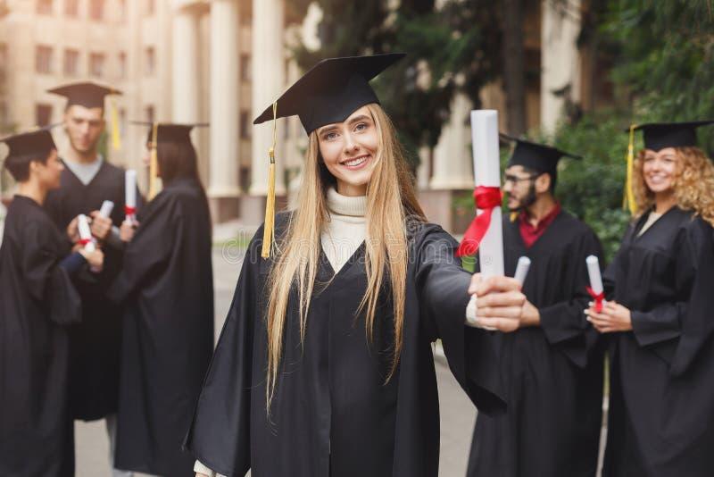 Szczęśliwa młoda kobieta na jej skalowanie dniu obrazy stock