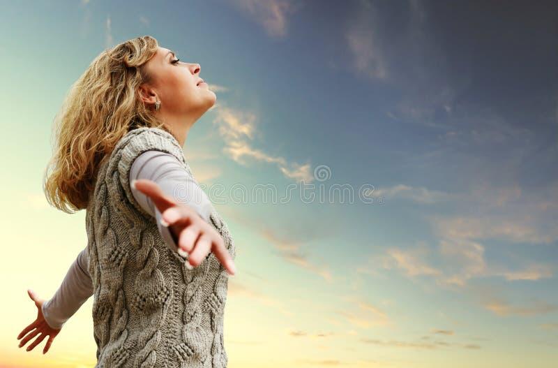 Szczęśliwa młoda kobieta na jesień nieba widok fotografia stock