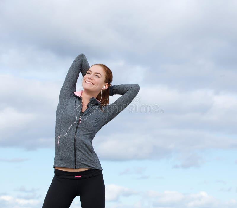 Szczęśliwa młoda kobieta ono uśmiecha się w sporta stroju zdjęcie royalty free