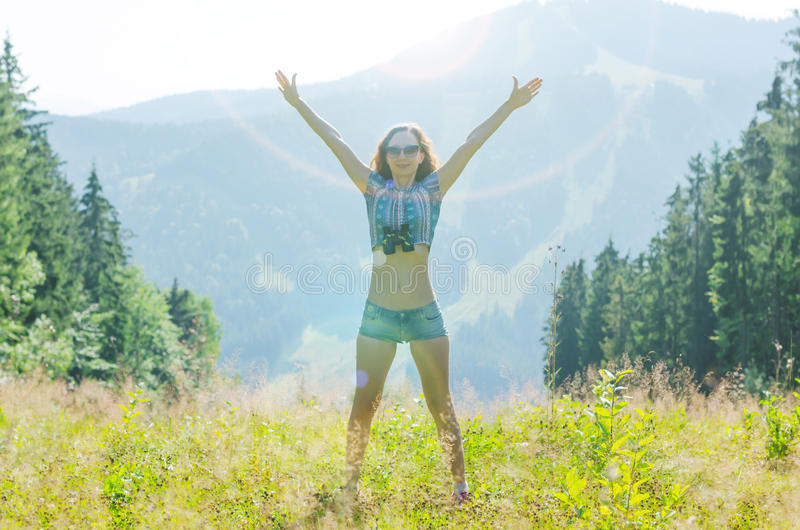 Szczęśliwa młoda kobieta podziwia widok góry, bezpłatna przestrzeń obrazy stock
